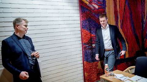 – Det er kanskje ikke en Boble, men det er kanskje en BMW eller en Tesla, sier NHH-professor Ola H. Grytten (til venstre) om de norske boligprisene under Valutaseminaret. Her med BI-professor Erling Røed Larsen. Gorm K. Gaare
