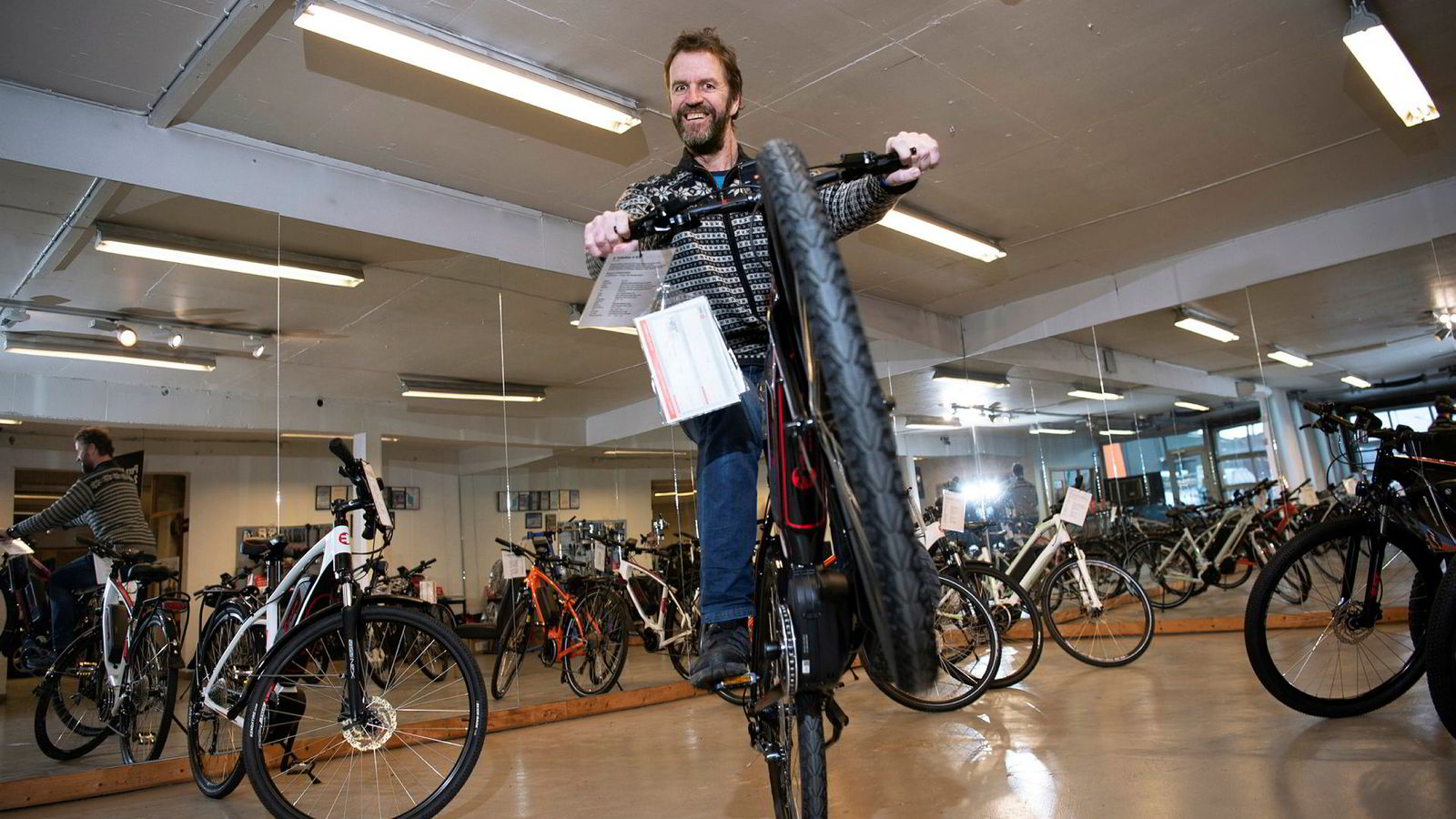 Per Rønning har drevet bruktbilforretning i 30 år. Nå flytter han for å få ned utgiftene, selv om omsetningen økte i 2017. Og har startet med å ta biler i innbytte for elsykler.