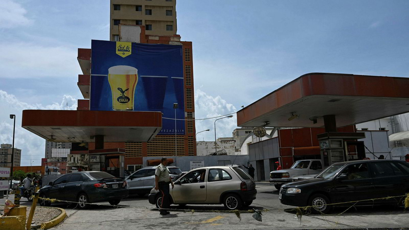 Problemene tårner seg fortsatt opp i Venezuela. Enkelte steder i landet må bilistene stå opptil 12 timer i kø for å få fylt bensin på bilene sine.