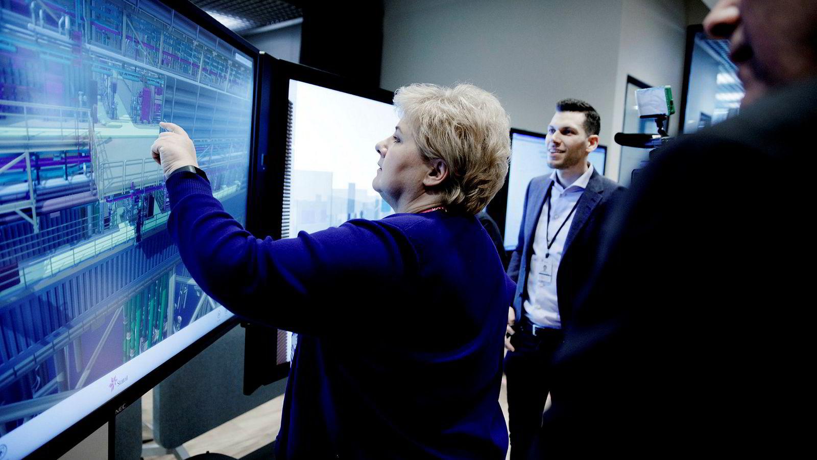 Statsminister Erna Solberg besøkte Statoils teknologi-laboratorium på Sandsli utenfor Bergen onsdag. Her er hun på en digital offshoretur, fra Bergen til Gina Krog-plattformen i Nordsjøen. Til høyre digitaliseringsleder Florian Schuchert i Statoil.