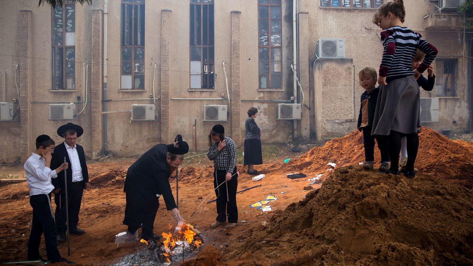 Ultraortodokse jødiske menn og barn i Bnei Brak, nær Tel Aviv i Israel, brenner gjærprodukter som forberedelse til Pesach, jødenes påskehøytid. Det er forbudt for jøder å spise gjær- eller surdeigsprodukter under påskehøytiden. I mai feirer den israelske staten 70 år.
