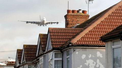 En Airbus A380-800 fra Singapore Airlines flyr over hus i Waye Avenue på vei til å lande på Heathrow flyplass.