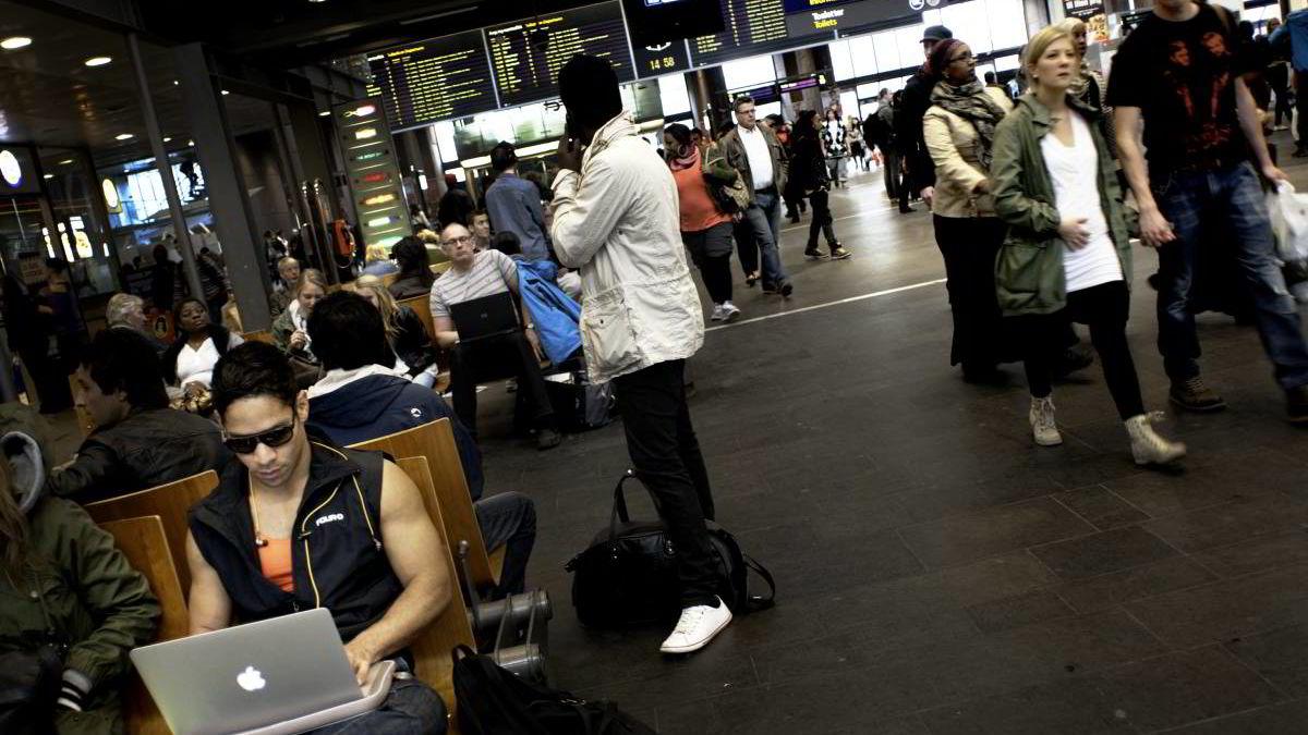 Pendlerne sitter bøyd over pcen - her på Oslo S.