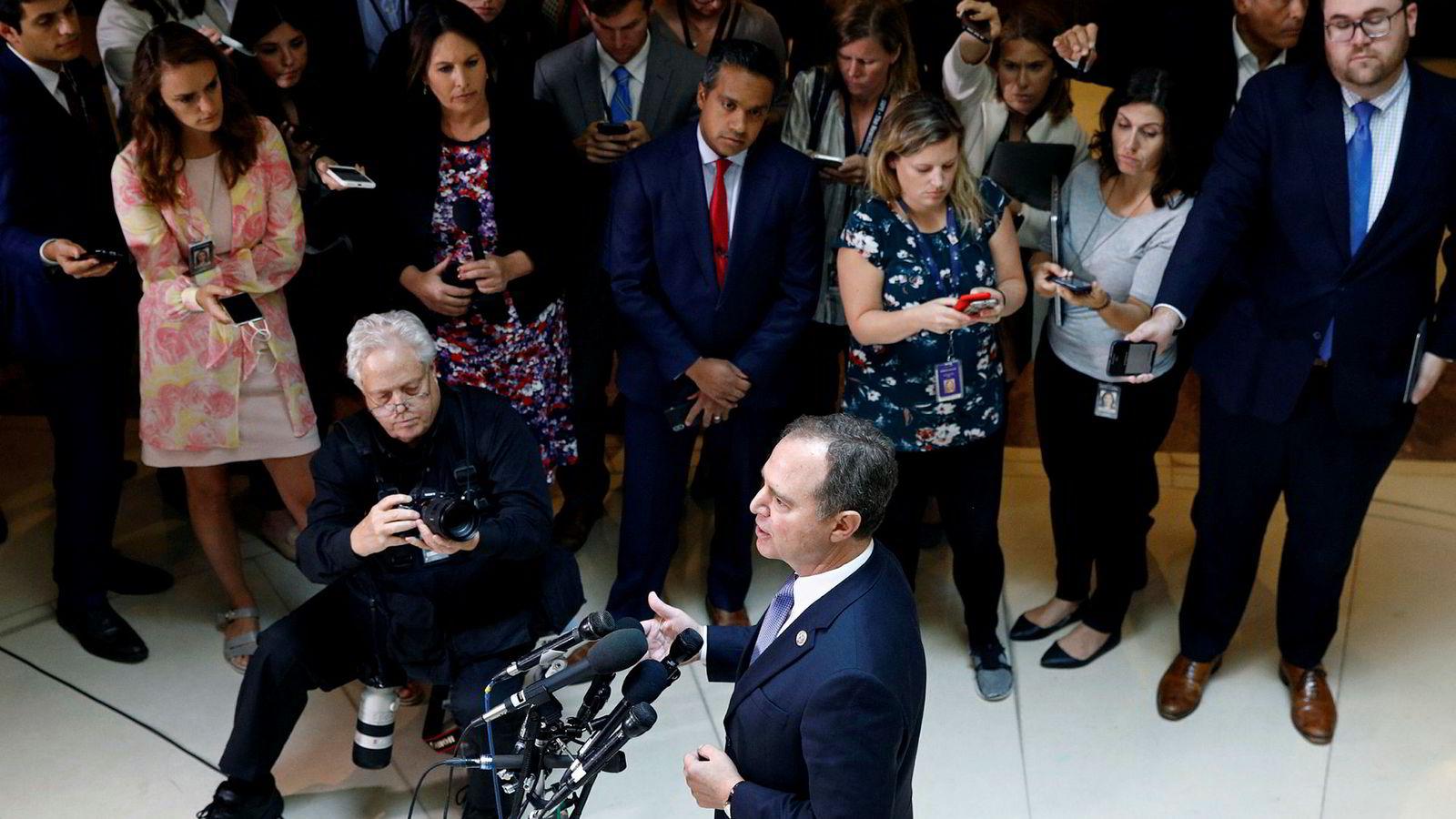Lederen for etterretningskomiteen, Adam Schiff, holder en pressebrief om varslersaken mot president Donald Trump.
