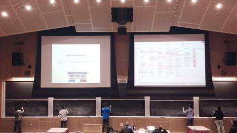 Den årlige konkurransen i integralregning på MIT er inspirert av «Spelling Bee», der elever konkurrerer om å stave vanskelige ord. Foto: Trond Ikdahl Andersen