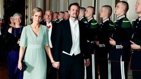 Innlegget som ble slettet var skrevet av nåværende utviklingsminister Dag-Inge Ulstein og kona Ingjerd Mella Ulstein. Her er de på gallamiddag på slottet.