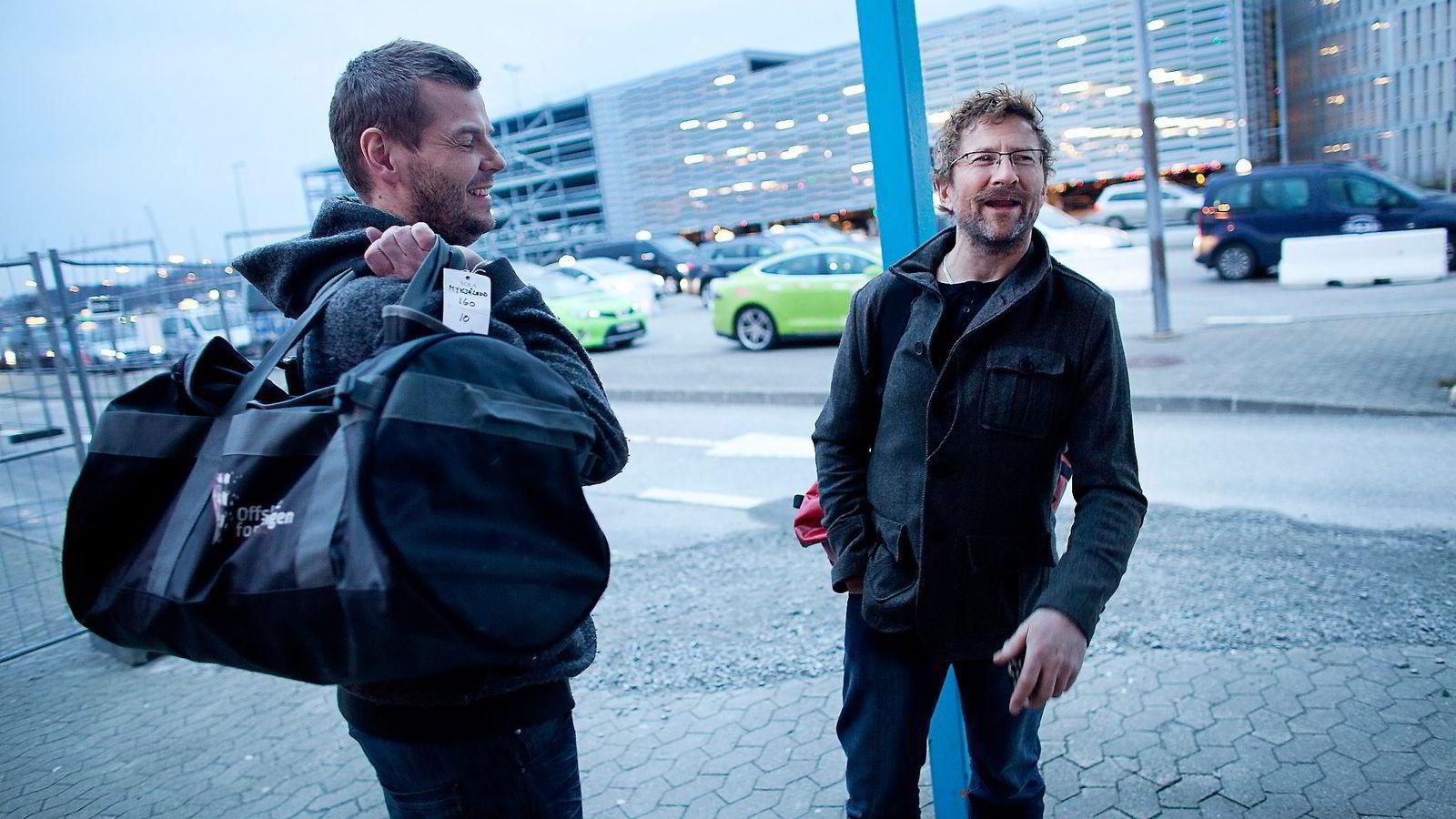 BARE LER. – Hvor mye kan de spare? Du drikker ikke så mye kaffe før en halvannen time lang helikoptertur, sier Leif Inge Rogstad (til høyre) på heliporten. Han og Jørg Mykjåland jobber for North Atlantic Drilling på produksjonsboring for Statoil.