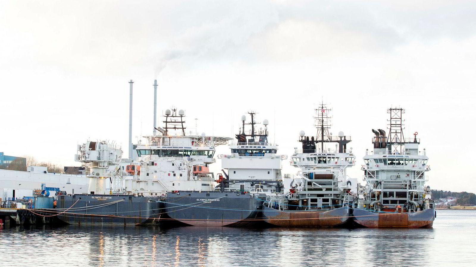 Stadig flere skip blir med i Norsk Internasjonalt Skipsregister (NIS). Bildet viser skip som brukes i oljeindustrien som ligger til kai i Ålesund.