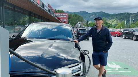 Rune Hauge fra Rælingen har akkurat kjørt frem sin nye elbil til ladestasjonen etter å ha ventet på tur. Han frykter at det blir mye ladekø denne sommeren.