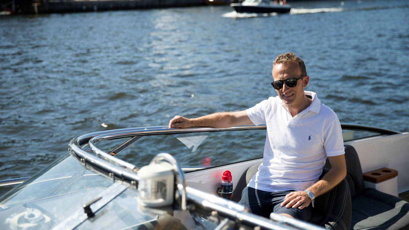 Investor Morten E. Astrup ferierer med familie på hytta på Hankø. Her legger han til i kanalen i Fredrikstad med sin Windy Ghibli 28.