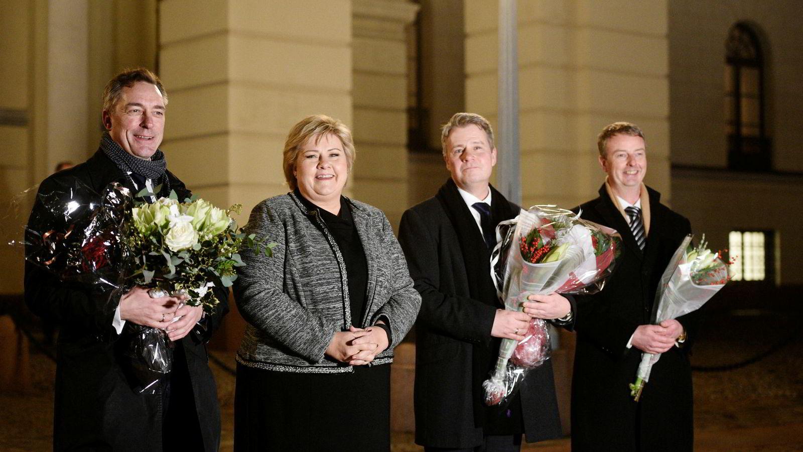De nye statsrådene Frank Bakke-Jensen (til v.), Per-Willy Amundsen og Terje Søviknes poserte tirsdag ettermiddag sammen med statsminister Erna Solberg på Slottsplassen.