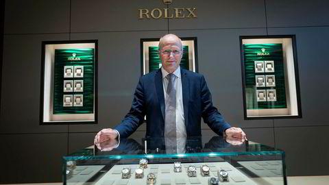 På grunn av klokkebonanzaen har salget til Urmaker Bjerke blitt mangedoblet de siste årene og lønnsomheten er fortsatt høy. Halvor Bjerke har ventelister på Rolex-klokker og klokkene rekker bare så vidt innom butikken før de er ute hos kunder. Det gjør at klokkemontrene i bakgrunnen er tomme.