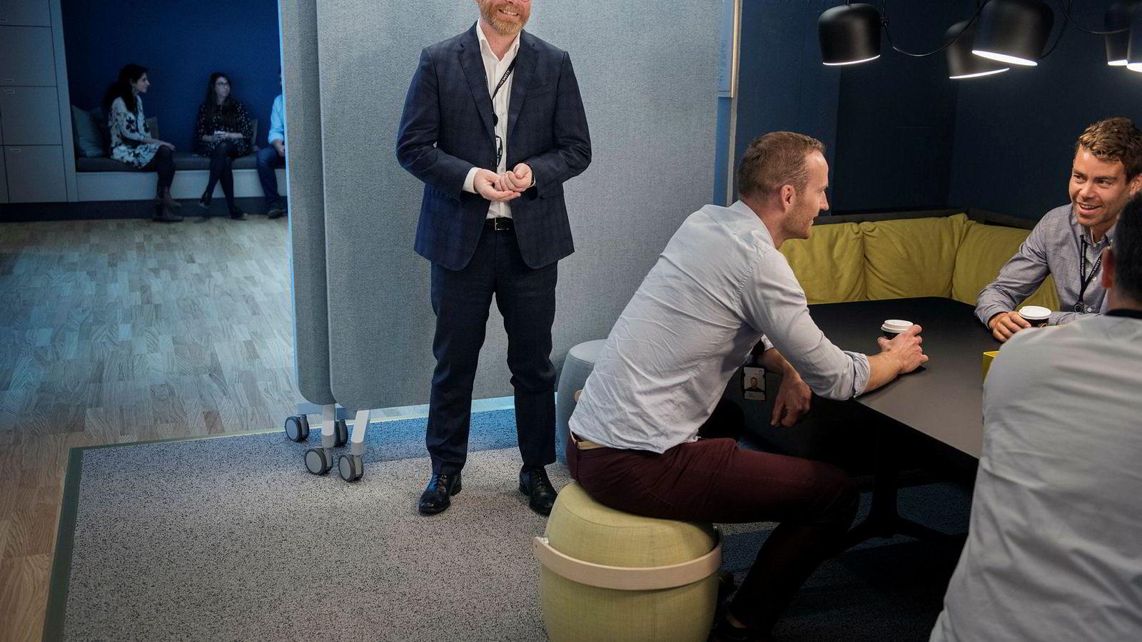 Personaldirektør Magne Hovden (50) var sentral i å barbere bort 4500-Equinor-ansatte under oljekrisen. Nå mener han stemningen i selskapet er god. Her i et av de mer uformelle nye møterommene på Forus.