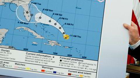 President Donald Trump med kartet der det ser ut som noen har inkludert Alabama i faresonen for å bli truffet av orkanen Dorian.