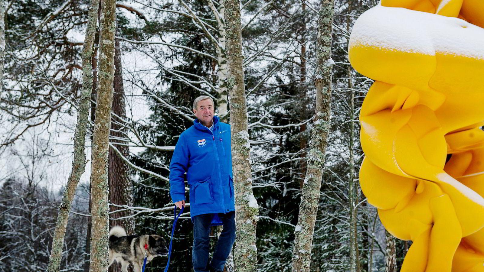 Christen Sveaas vil kjøpe opp bredbåndsselskapet NextGenTel. Her er investoren fotografert med elghunden Brum i skulpturparken ved Kistefos-museet.