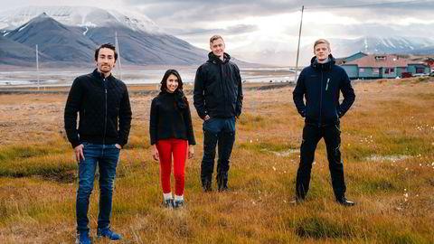 Jhon Eirik Lien (fra venstre), Aztrid Novillo, Øystein Grasdal og Simen Sørensen studerer alle på Svalbard. Svalbard er blitt et populært sted å studere for kortere eller lengre perioder.