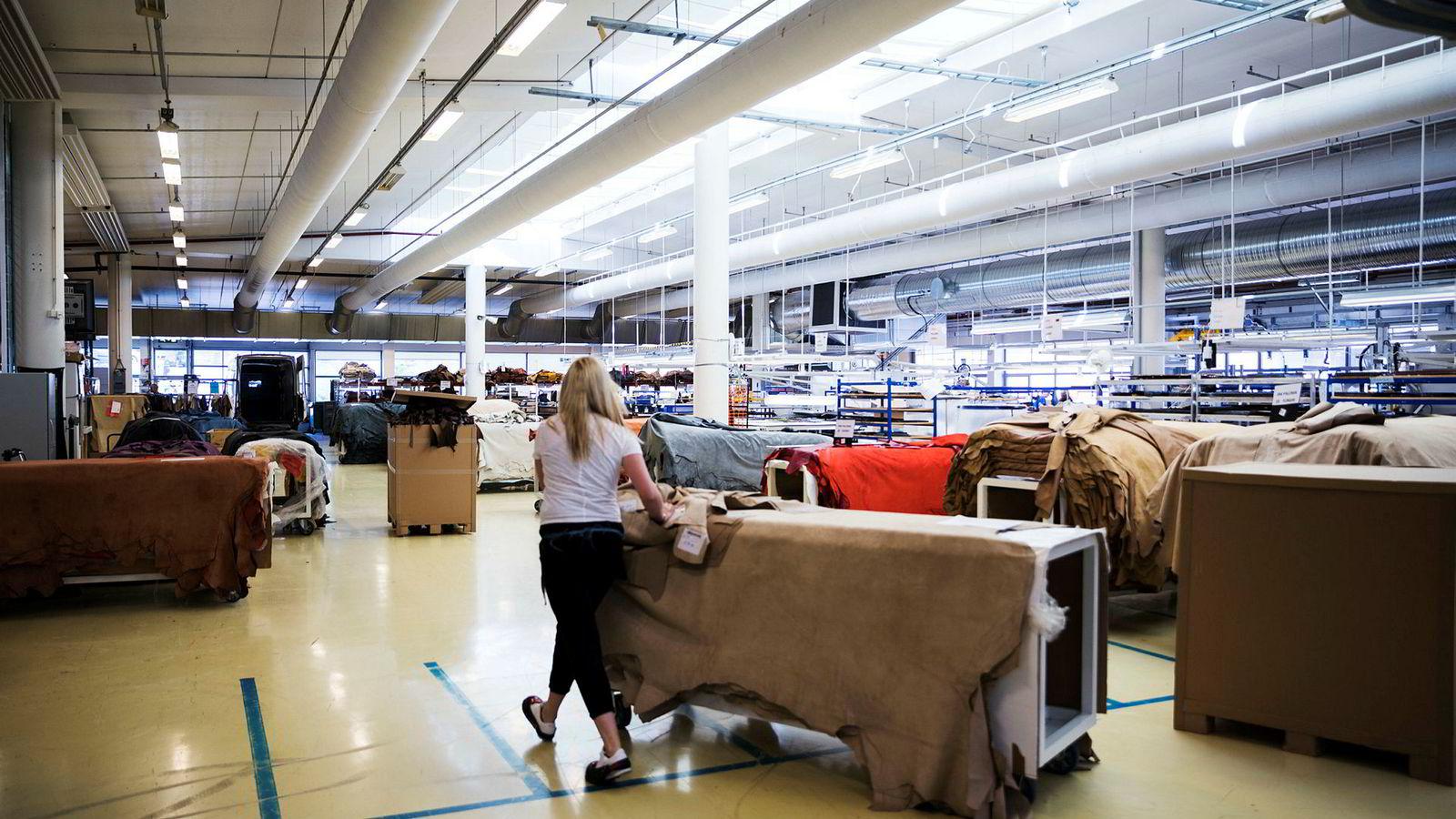 Møre-bedriften Ekornes har fått nye, kinesiske eiere – som ikke sliter med formuesskatt. Her fra produksjonen på en av Ekornes' fabrikker.