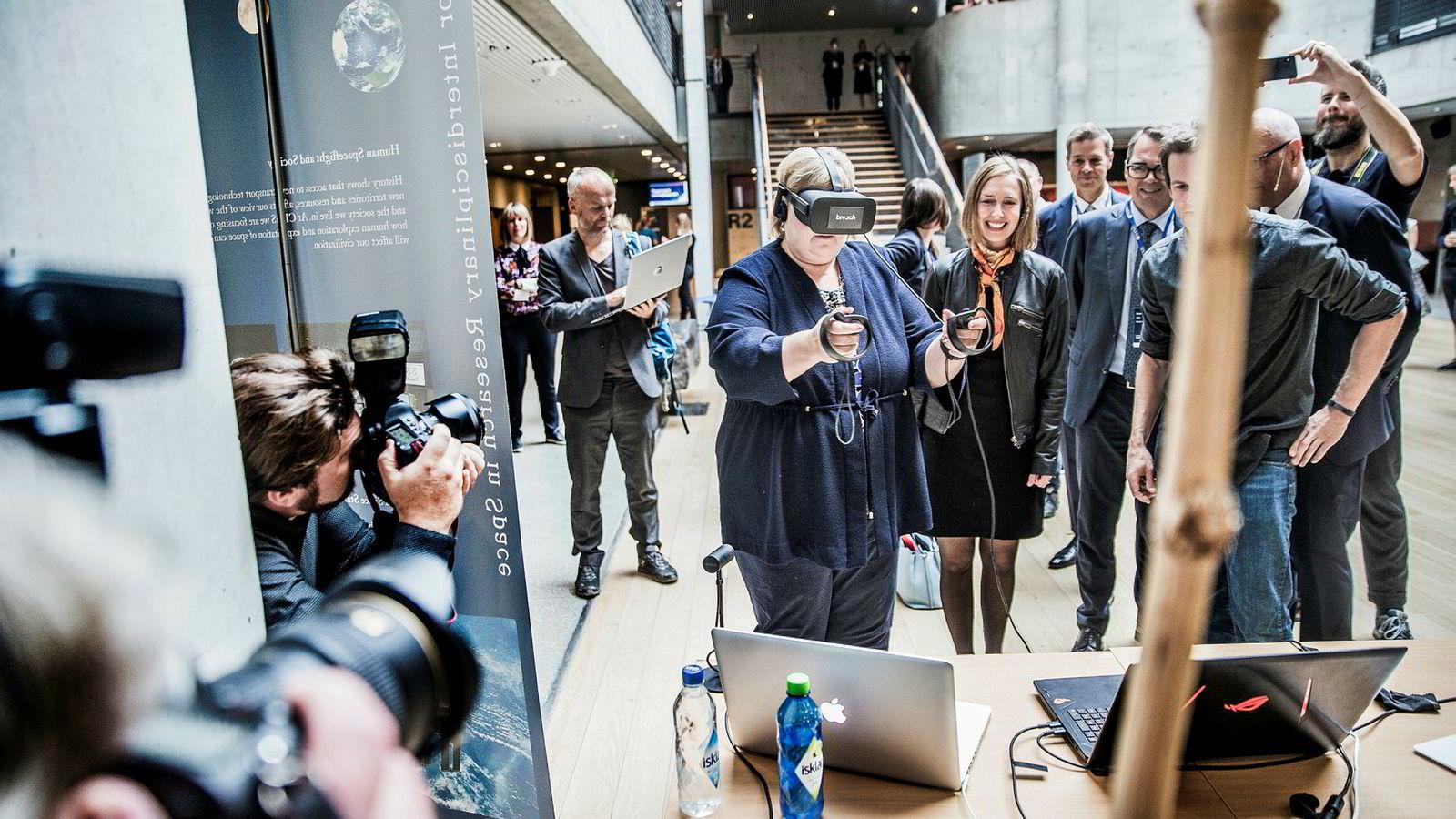 Erna Solberg prøver VR-biller og spiller virtuell tennis på NTNU.