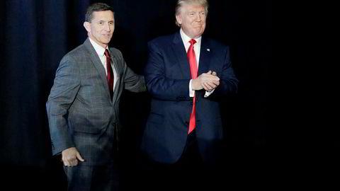 General Michael Flynn (t.v) måtte gå av som sikkerhetsrådgiver for president Donald Trump etter å ha feilinformert visepresidenten om samtaler med Russland. Nå dukker det opp en ny skandale. Foto: John Locher/Ap/NTB scanpix
