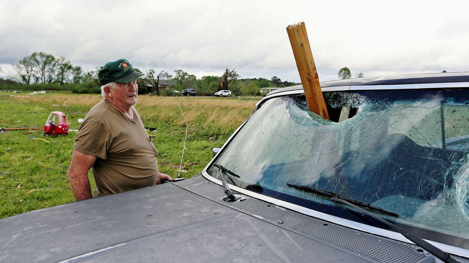 En mann fra Hamilton i Mississippi i USA konstaterer at søndagens storm har gått hardt utover datterens bil.