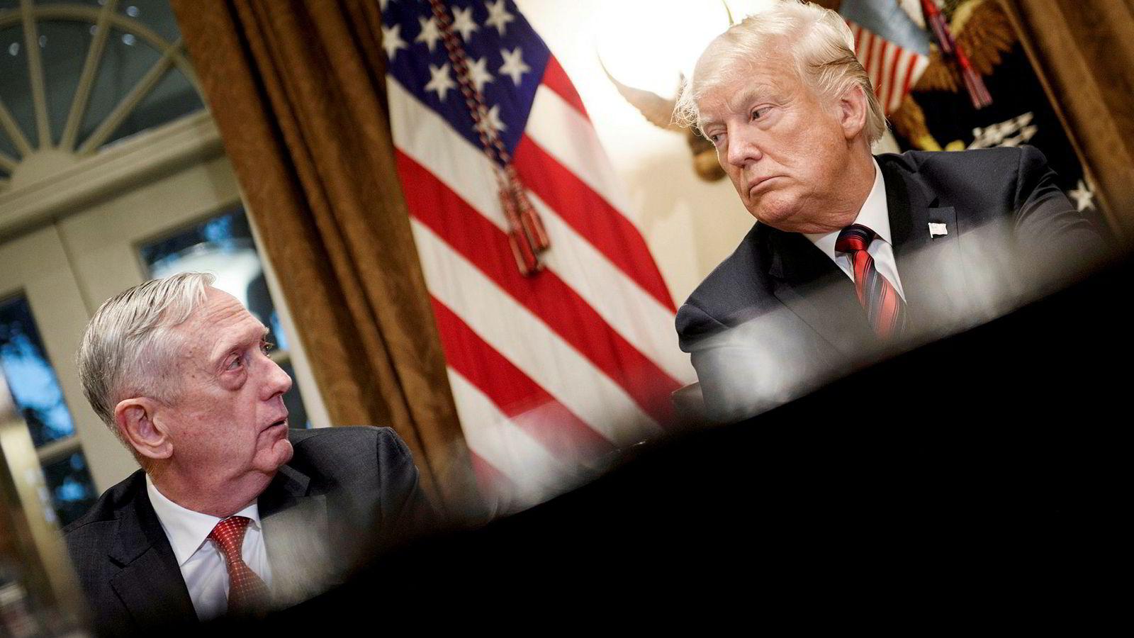 James «Jim» Mattis og president Donald Trump under et møte med militærsjefer i Det hvite hus i oktober. Nå bekrefter Mattis at han har trukket seg.