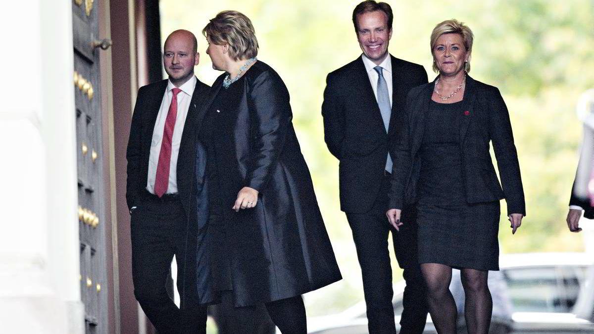 ¿Den nye regjeringen ankommer slottet i forbindelse med regjeringsskiftet forrige mandag. Fra venstre: kommunikasjonssjef i Høyre Sigbjørn Aanes, Erna Solberg, Børge Brende og Siv Jensen. ¿
