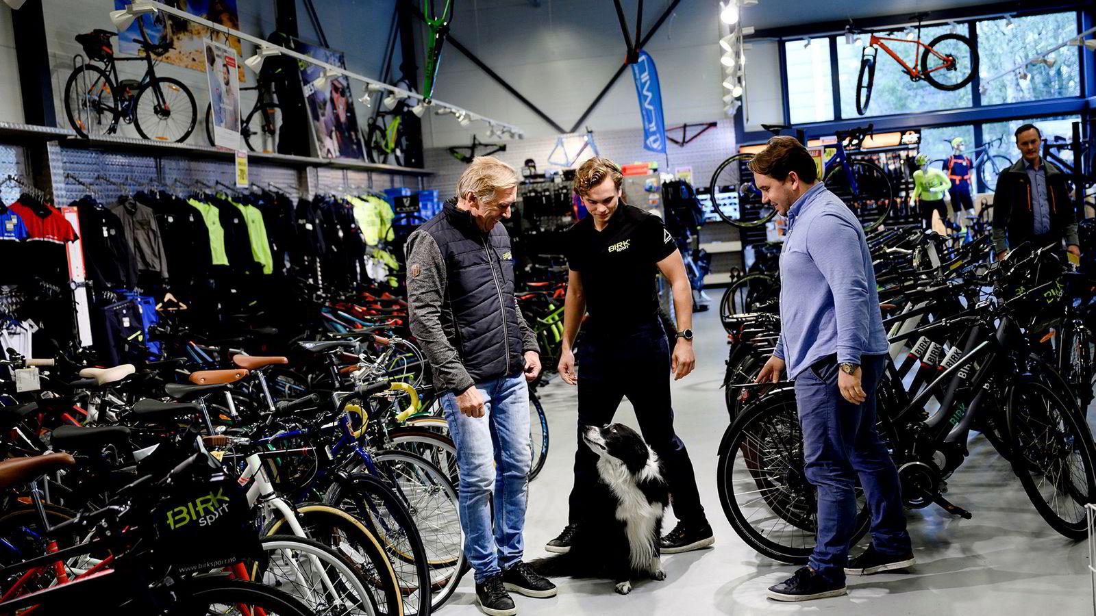 Fra venstre: Kai Nordgård, Kim Nordgård og Martin Nordgård Vermundsberget i Birk Sport avvikler to butikker. Hunden Birk i midten.