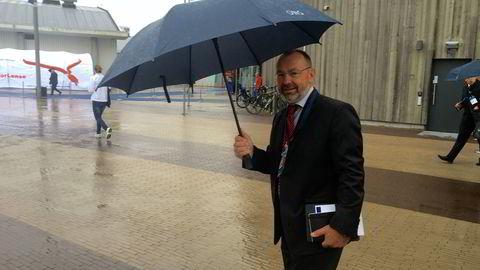 Kværner-sjef Jan Arve Haugan håper oppdragsmengden tar seg opp de neste par årene der han går i regnværet under oljemessen i Stavanger. Foto: