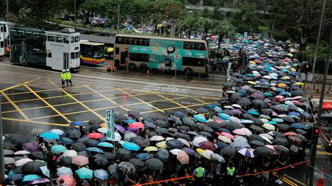 Lærere i Hongkong trosset regnet og organiserte protest i Hongkong lørdag.