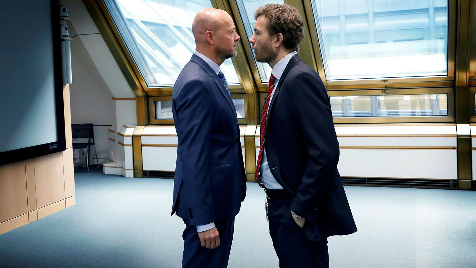 Norges Bank Investment Management (NBIM) får kritikk for sine investeringer i cannabis-aksjer. Her snakker NBIM-sjef Yngve Slyngstad (til venstre) med sin kommunikasjonssjef Thomas Sevang.