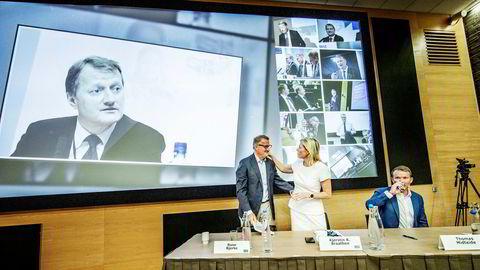 DNB-sjef Rune Bjerke og hans kommende etterfølger Kjerstin Braathen i etterkant av at DNB presenterte resultatene for 2. kvartal på hovedkontoret i Bjørvika i Oslo. Til høyre sittende Thomas Midteide