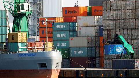 En container tilhørende den kinesiske shippingkjempen China Ocean Shipping Company (Cosco) lastes over til et skip på havnen i Antwerpen, som ble hacket av narkotikamafiaen for fem år siden. Cosco ble på sin side utsatt for et alvorlig cyberangrep i sommer.