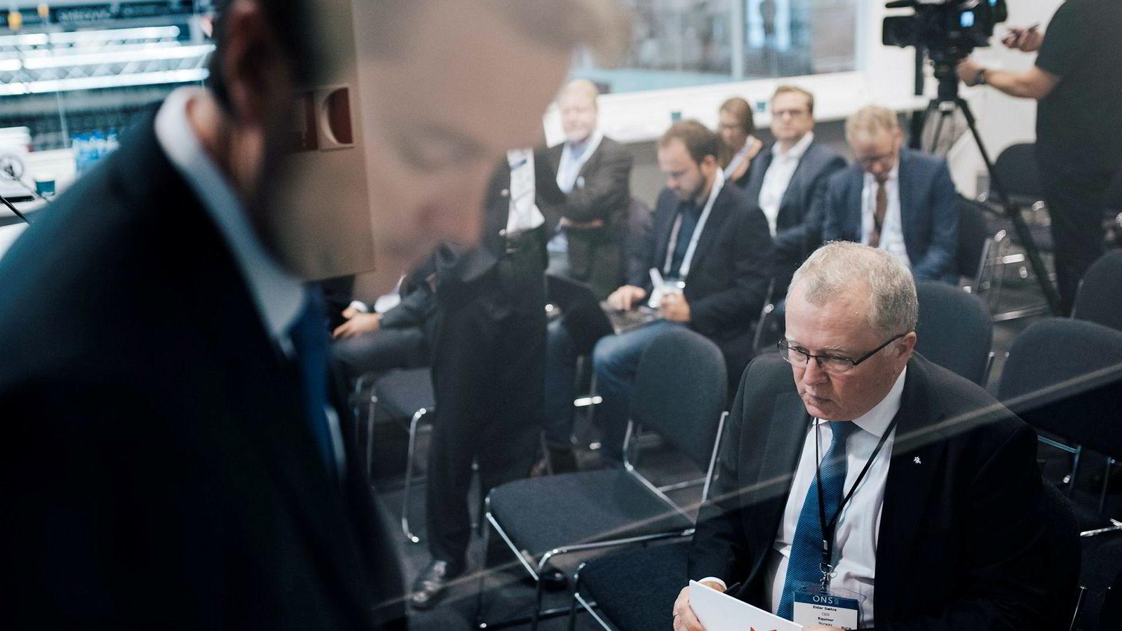 – En jevn oljepris er viktig for olje som en råvare, sier Equinor-sjef Eldar Sætre (til høyre). Sist uke var han tungt til stede under oljemessen i Stavanger sammen med kommunikasjonsdirektør Bård Glad Pedersen (i forgrunnen).
