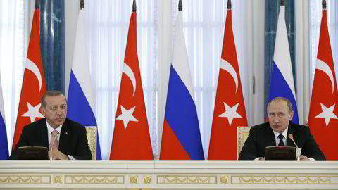 Tyrkias presiden Recep Tayyip Erdogan (t.v.) og Russlands president Vladimir Putin under en tidligere pressekonferanse i St. Petersburg. Foto: NTB Scanpix/ AP/Alexander Zemlianichenko