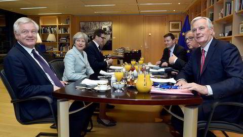 Gemyttlig skilsmissebrunsj i Brussel etter utkastet til avtale fredag var i boks. Til venstre britenes brexitminister David Davis, statsminister Theresa May med Europakommisjonens president Jean-Claude Juncker rett overfor seg og EUs sjefforhandler Michel Barnier helt til høyre. Bak sitter de respektive stabssjefene.