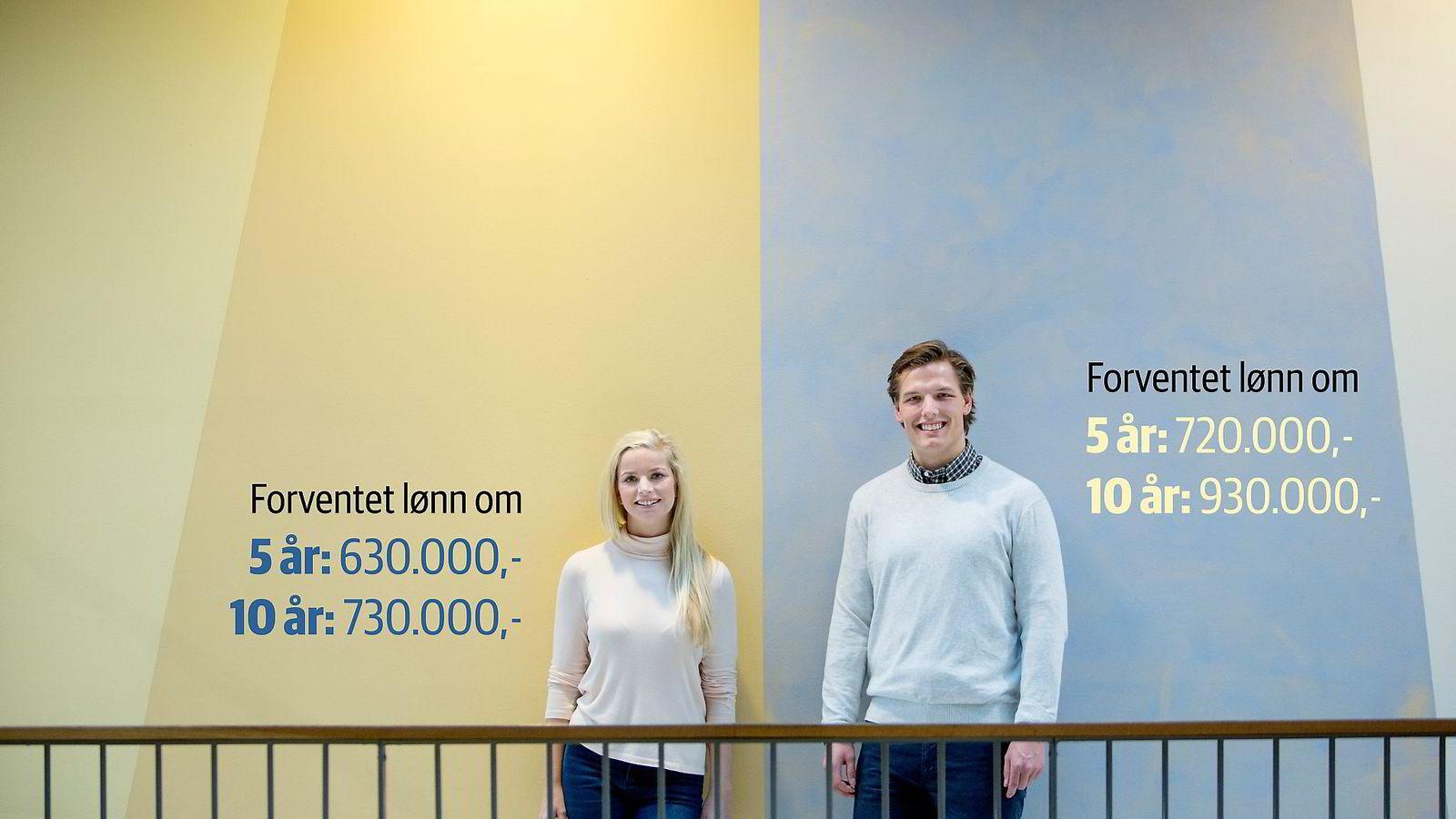 Econas lønnsstatistikk viser at masterstudentene Carl Causevic (24) og Josefine Slinde Birkeland (22) ikke vil tjene det samme om fem og ti år. Foto/grafikk: Øyvind Elvsborg/DN
