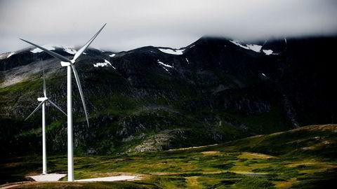 Den tiltagende folkelige mobiliseringen mot vindkraftanlegg på land kan tyde på at verdien av urørt natur, friluftsliv og folks naturopplevelser i mange tilfeller ikke vektes tungt nok av NVE, skriver artikkelforfatterne. Her fra Fakken vindpark på Vannøya i Troms.