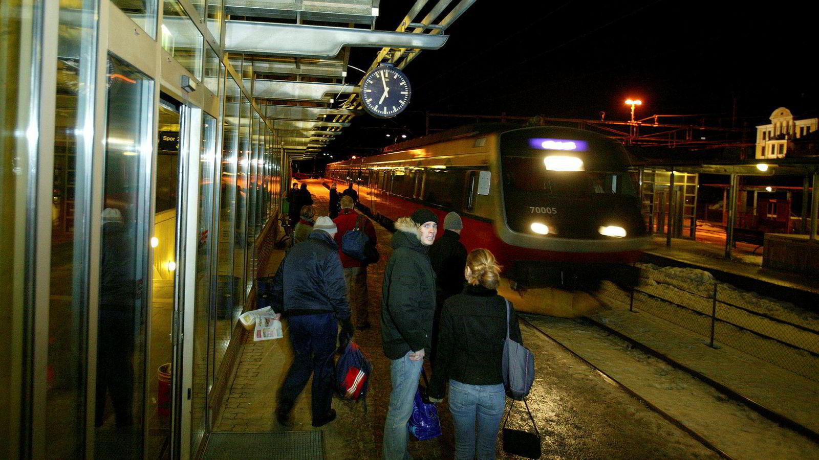Flere planlagte nye jernbanestasjoner i norske byer kan bli stoppet. Som Tønsberg stasjon på bildet.