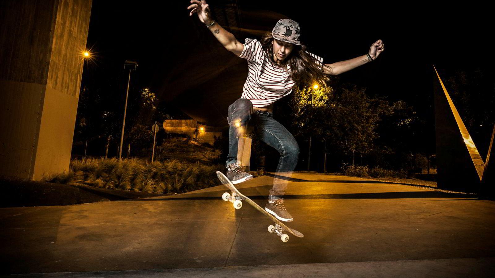 Er skateboard idrett? Man kan si at skateboard er idrett fordi det er en del av OL og Nif, du kan konkurrere i skateboard og det krever fysiske ferdigheter. Samtidig kan man si at skateboard ikke er en idrett fordi det handler om presentasjon og ikke prestasjon.
