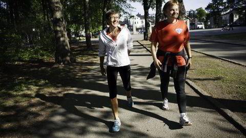 Løperdronning Ingrid Kristiansen (i hvit overdel) tror mange mølleløpere får seg en overraskelse når de tar fatt på utesesongen fordi belastningen er annerledes. Her er hun med politiker Rigmor Aaserud som fikk teknikktrening før Holmenkollstafetten i 2011. Foto: Hampus Lundgren