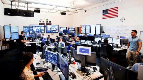 Ansatte jobber i Facebooks «krigsrom» i Menlo Park i California. Det nye hovedkontoret er spydspissen i kampen mot spredning av falske nyheter og manipulering av sosiale medier av utenlandske aktører.
