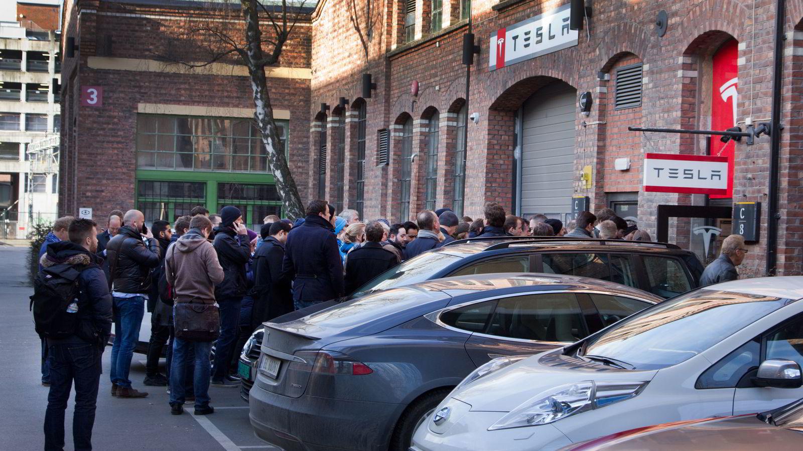 Torsdag åpnes Tesla for bestillinger av sin nye Model 3 i butikk. Utenfor Tesla Skøyen var dette køen like over klokken ni. Alle foto:Embret Sæter