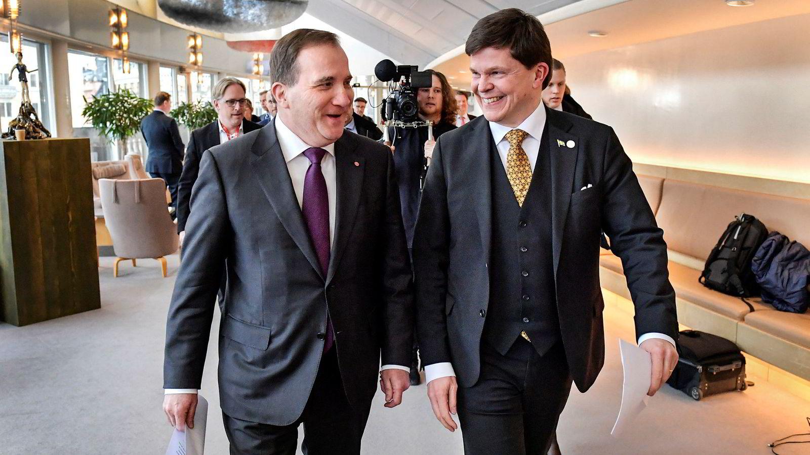 Sveriges statsminister Stefan Löfven (til venstre) får trolig fortsette i jobben. Her er han på vei inn i Riksdagens pressesenter onsdag sammen med Riksdagens talsmann Andreas Norlén.