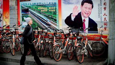 Xi har ikke bare erstattet det kollektive lederskapet med en modell basert på én enkelt leder, men han har også utvidet overvåkningsstaten betraktelig. Myndighetene bruker stadig mer videoovervåkning, stordata og kunstig intelligens til å studere vanlige kineseres adferd og ansikter, slik at motstand og protester mot staten kan avverges.