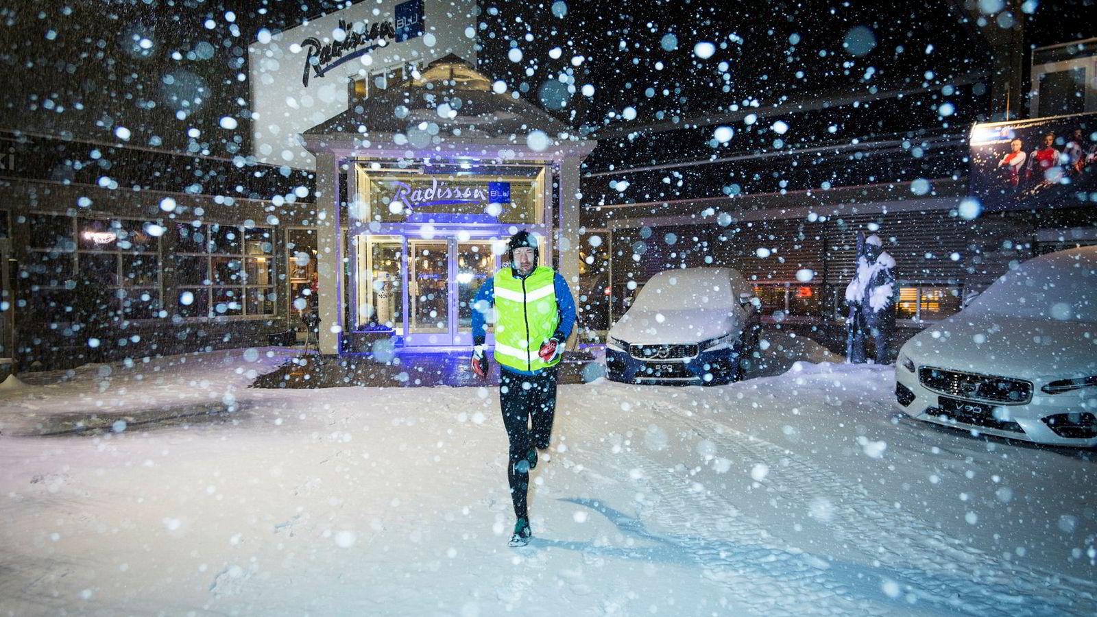 Det snør kraftig i det Jann Post legger ut på løpetur på morgenkvisten, fire timer før han skal sitte i NRKs kommentatorbu på Beitostølen. Disiplin er et nøkkelord for å holde treningen i gang med rundt 120 reisedager i året.