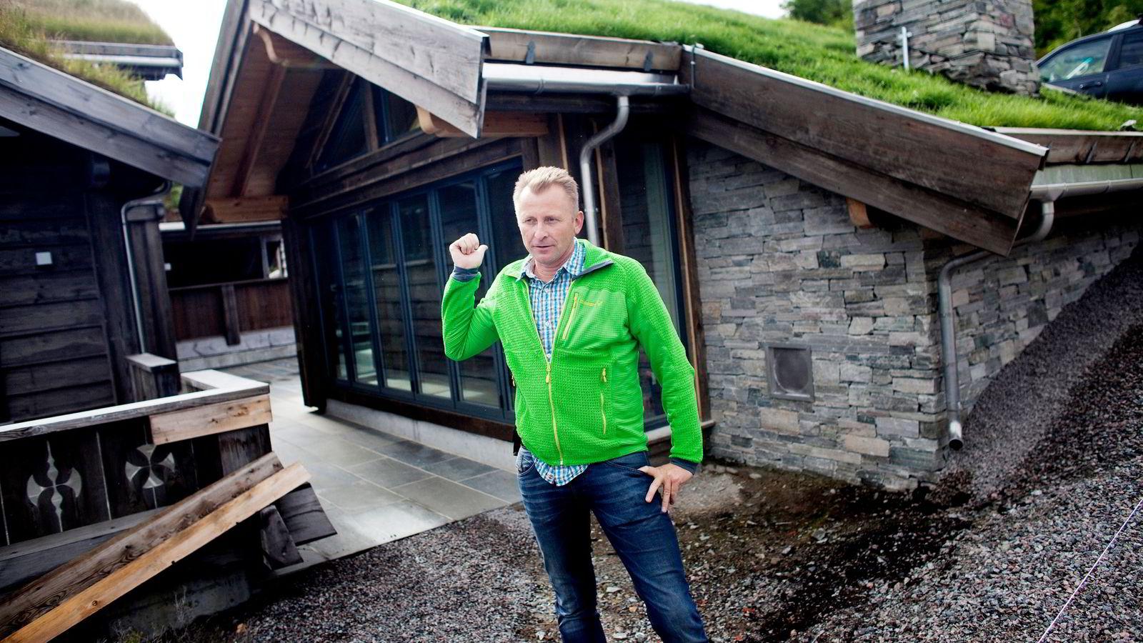 Tor Sigve Vik i Sinneshyttå står utenfor en «grillhytte» til 2,5 millioner kroner.