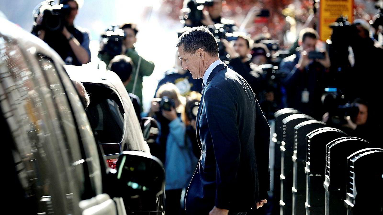 President Donald Trumps tidligere sikkerhetsrådgiver Michael Flynn forlater høringen i Washington, D.C. fredag.