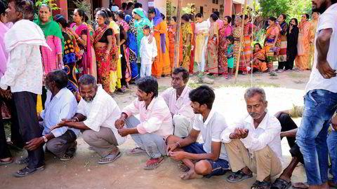 Indiske velger står i kø utenfor et valglokale i en landsby utenfor Amritsar i Punjab nord i India.