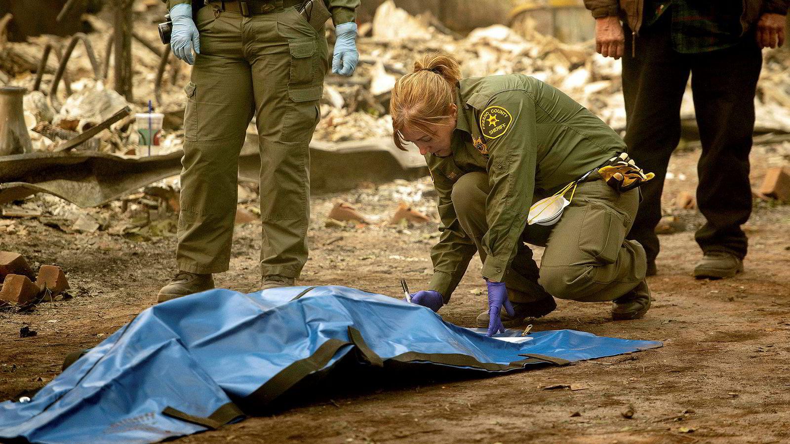 Brann- og hjelpemannskaper finner stadig flere omkomne etter skogbrannene som fortsatt herjer i California.