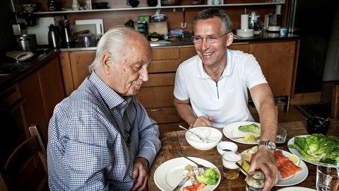 Jens Stoltenberg spiller ofte inn videoer på kjøkkenet til sin far, Thorvald Stoltenberg. Facebook-innlegget der far og sønn lager sildesalat har hatt rundt 250.000 visninger hittil.